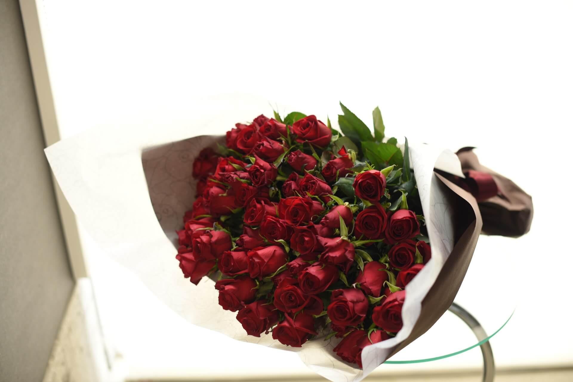赤いバラの花束99本