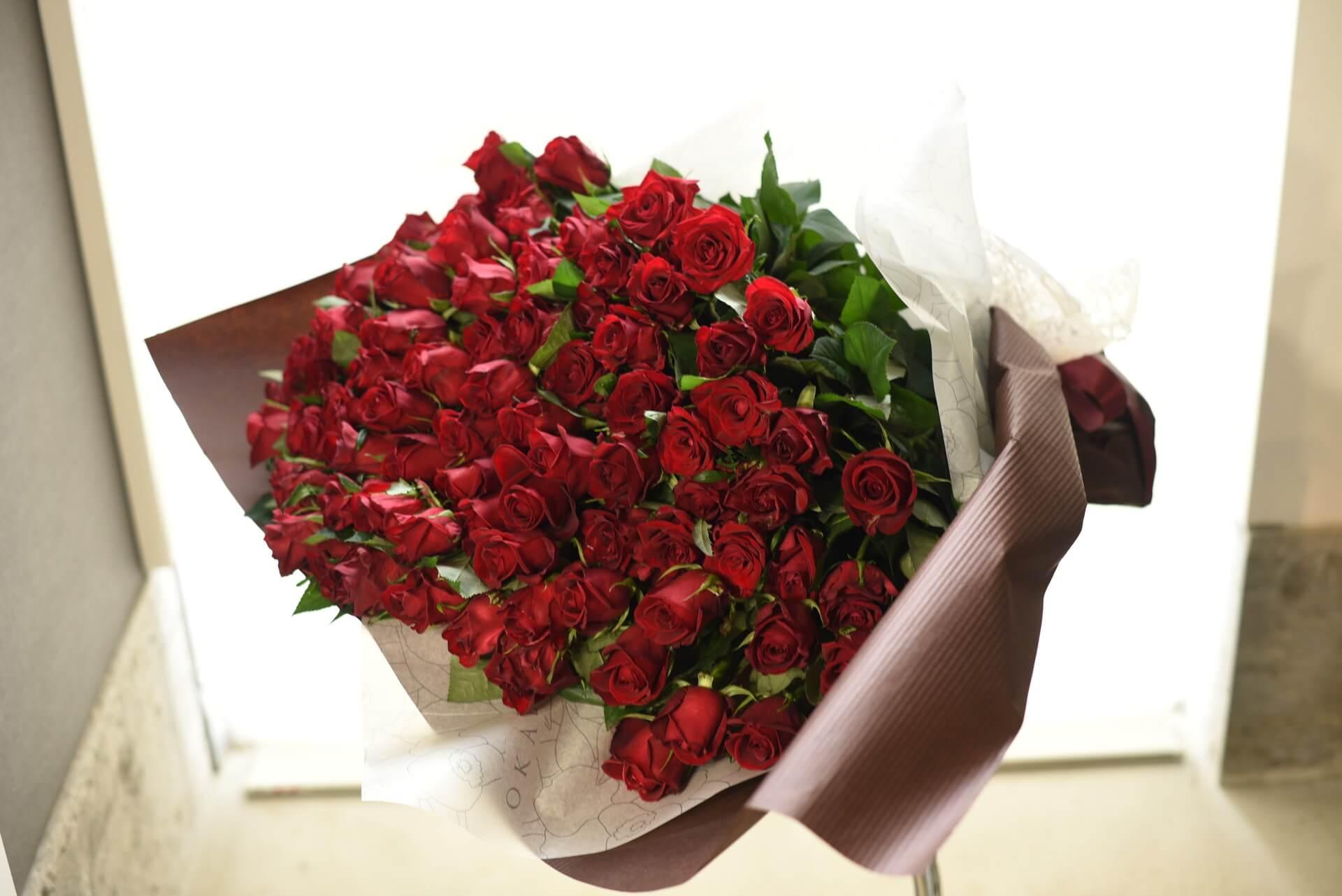 赤いバラの花束108本